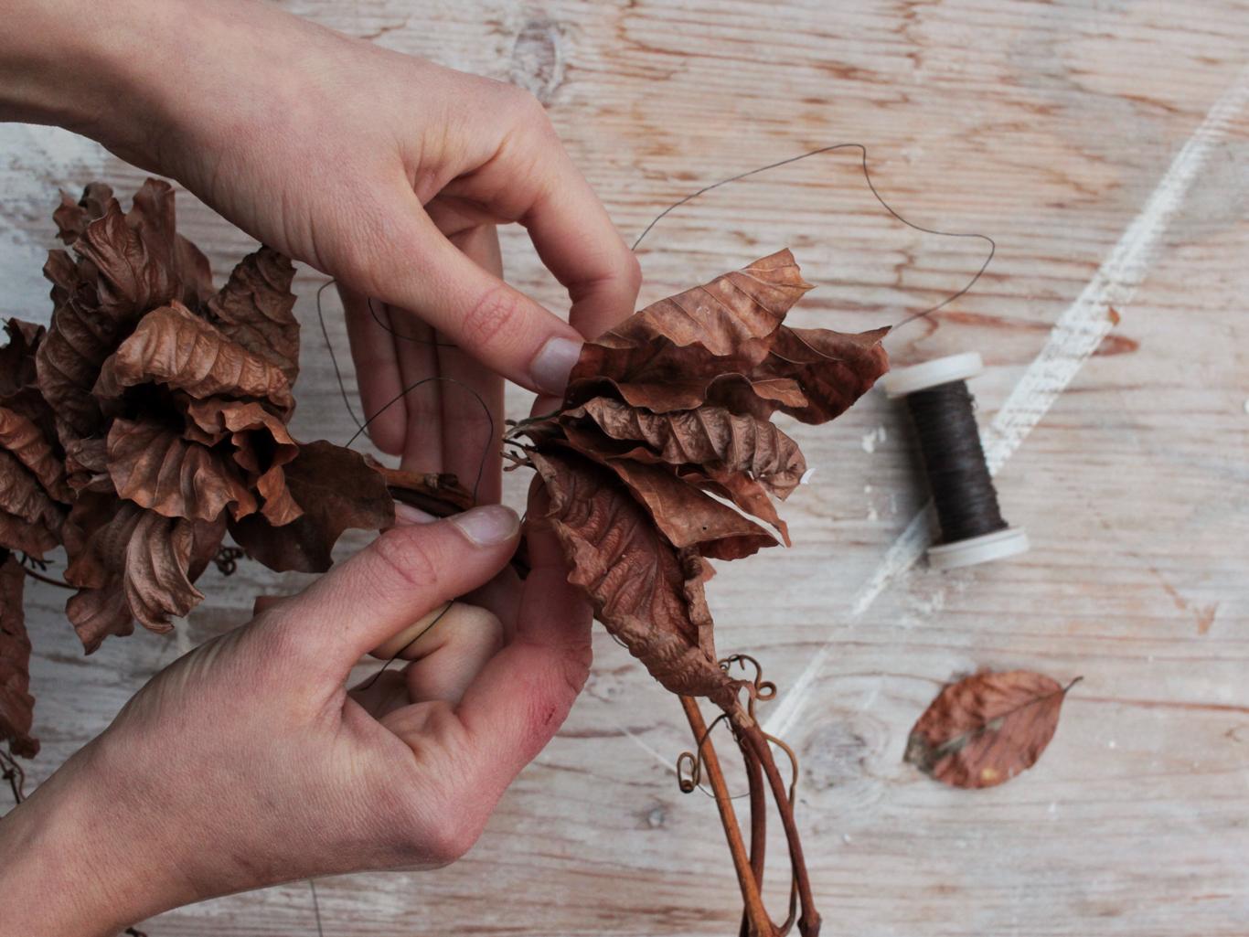 attorcigliare le foglie di faggio attorno al supporto